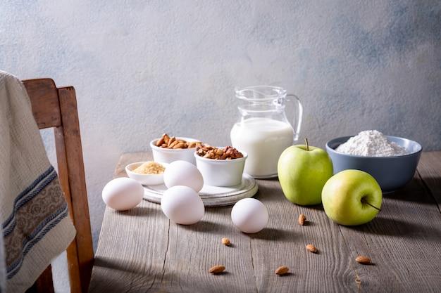 Ingrédients pour apple pie. la recette d'une tarte américaine aux pommes.