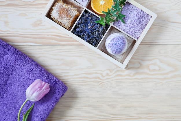 Ingrédients pour aromathérapie et spa, sel de mer aromatique et serviettes.