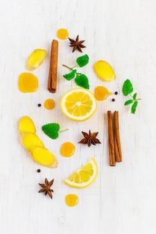 Ingrédients pour boisson au gingembre sur fond blanc, vue de dessus