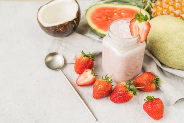 Ingrédients pour boisson aux fruits et cuillère