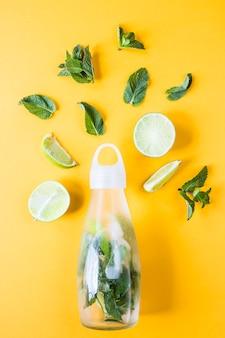Ingrédients pour citron vert mojito et menthe sur fond jaune