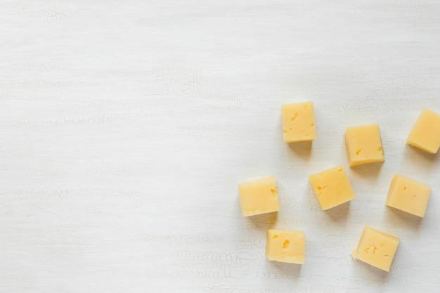 Ingrédients pour les collations, fromage sur une table blanche