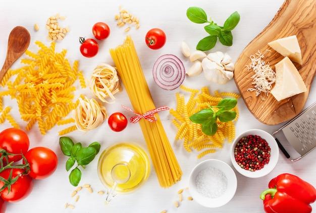 Ingrédients pour la cousine italienne à plat, pâtes spaghetti penne fusilli huile de tomate légumes