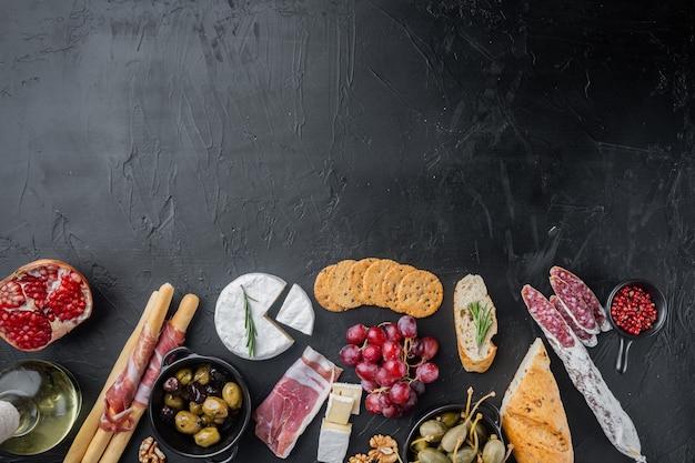 Ingrédients pour la cuisine espagnole, fromage de viande, jeu d'herbes, sur fond noir, vue de dessus