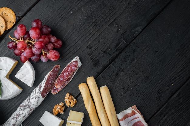 Ingrédients pour la cuisine espagnole, fromage de viande, jeu d'herbes, sur table en bois noir, vue du dessus