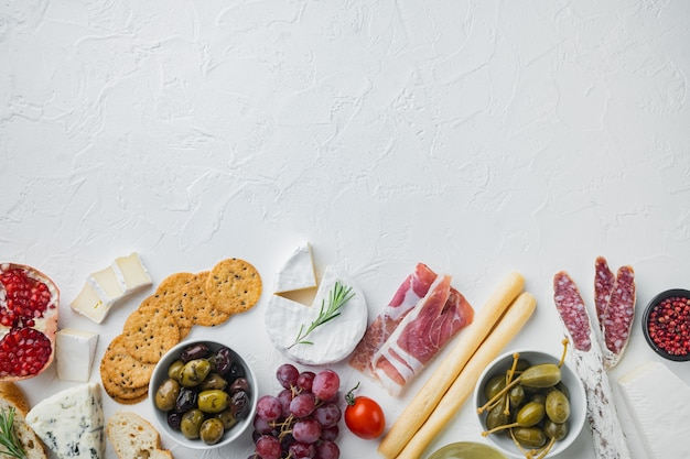 Ingrédients pour la cuisine italienne, fromage de viande, jeu d'herbes, sur blanc, vue du dessus