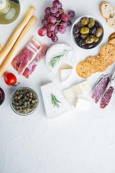 Ingrédients pour la cuisine italienne, fromage de viande, jeu d'herbes, sur blanc