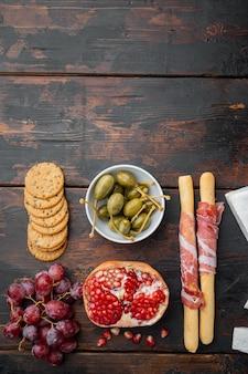 Ingrédients pour la cuisine italienne, fromage de viande, jeu d'herbes, sur bois foncé, vue du dessus