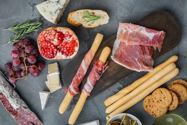 Ingrédients pour la cuisine italienne, fromage de viande, jeu d'herbes, sur gris, vue du dessus