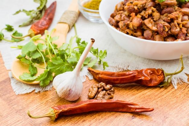 Ingrédients pour la cuisine d'un plat national géorgien - lobio - sur une table en bois