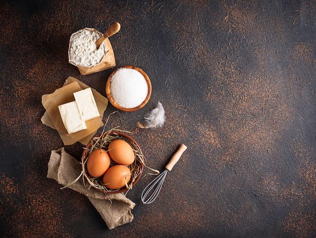 Ingrédients pour la cuisson. beurre, oeufs, sucre et farine