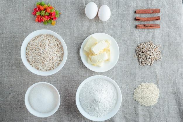 Ingrédients pour la cuisson de biscuits à l'avoine sur un fond clair