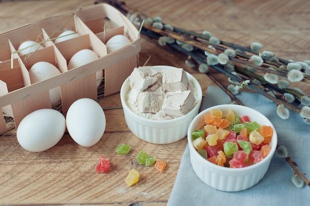 Ingrédients pour la cuisson du gâteau de pâques sur fond en bois