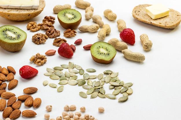 Ingrédients pour la cuisson du petit déjeuner: rouleau de beurre de graines de fruits de noix.