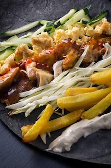 Ingrédients pour la cuisson du shawarma se trouvent sur un pain pita