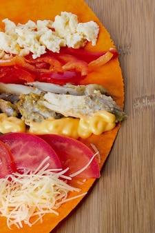 Les ingrédients pour la cuisson du shawarma se trouvent sur un pain pita