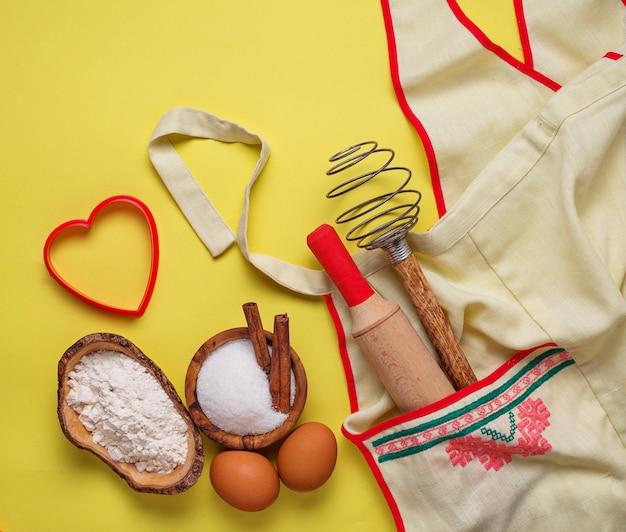 Ingrédients pour la cuisson sur fond jaune