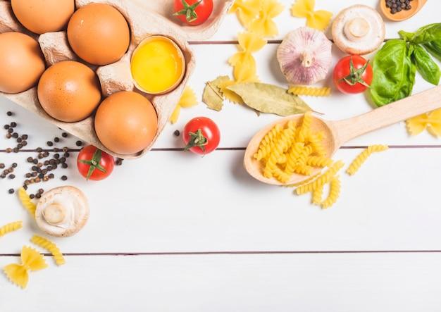 Ingrédients pour la cuisson de pâtes italiennes faites maison