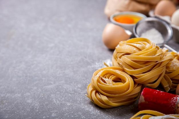 Ingrédients pour la cuisson des pâtes italiennes traditionnelles