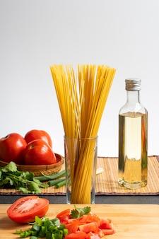 Ingrédients pour la cuisson des pâtes tomates oignons verts huile d'olive et persil