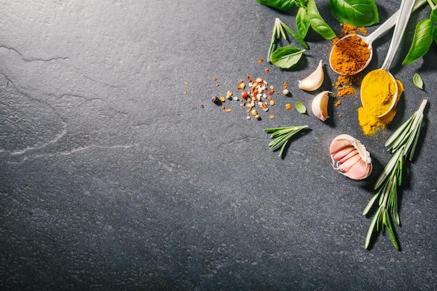 Ingrédients pour la cuisson placés sur un fond sombre.