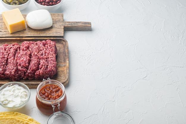 Ingrédients pour la cuisson des quesadillas, sur blanc