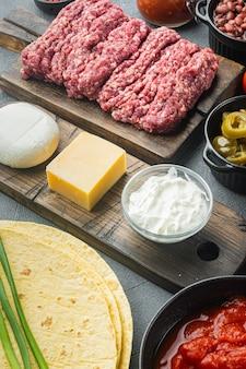 Ingrédients pour la cuisson des quesadillas, sur fond gris