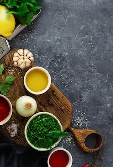 Ingrédients pour la cuisson de la sauce chimichurri verte argentine