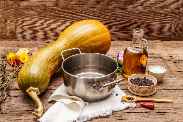 Ingrédients pour la cuisson de la soupe à la crème de citrouille. légumes frais, eau, huile, épices.