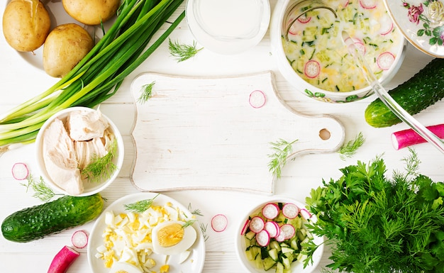 Ingrédients pour la cuisson de la soupe froide au yaourt d'été avec œuf, concombre, poulet et aneth