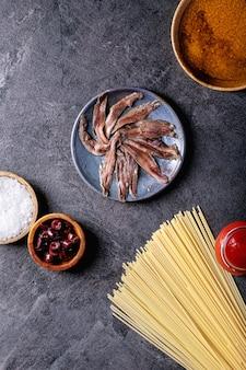 Ingrédients pour la cuisson des spaghettis aux pâtes d'anchois