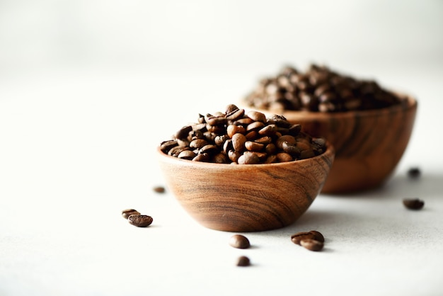 Ingrédients pour la fabrication de boisson à la caféine - grains de café, café moulu et café instantané sur béton léger, espace pour copie.