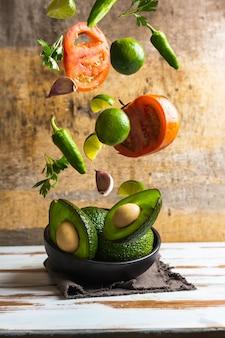 Ingrédients pour la fabrication de guacamole maison