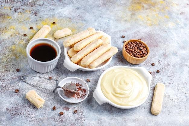 Ingrédients pour faire du tiramisu dessert, vue de dessus avec espace copie.