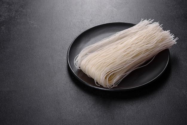 Ingrédients pour faire des nouilles de riz aux légumes et épices. cuisine asiatique