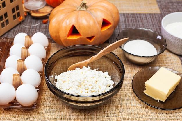 Ingrédients pour faire de la pâte au fromage cottage pour des biscuits moulés pour halloween faire des biscuits pour halloween.