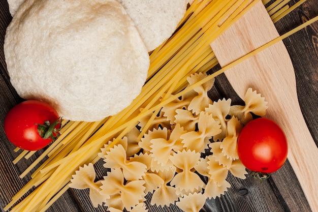Ingrédients pour faire des pâtes italiennes sauce tomate cerise. photo de haute qualité