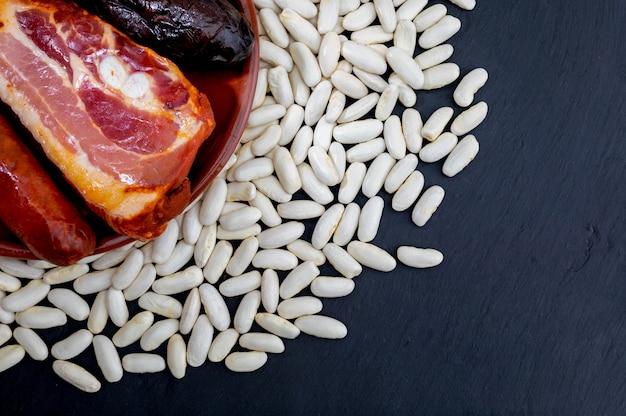 Ingrédients pour faire un plat de cuillère appétissant. délicieux pour l'automne, l'hiver et toute l'année. plat typique des asturies.