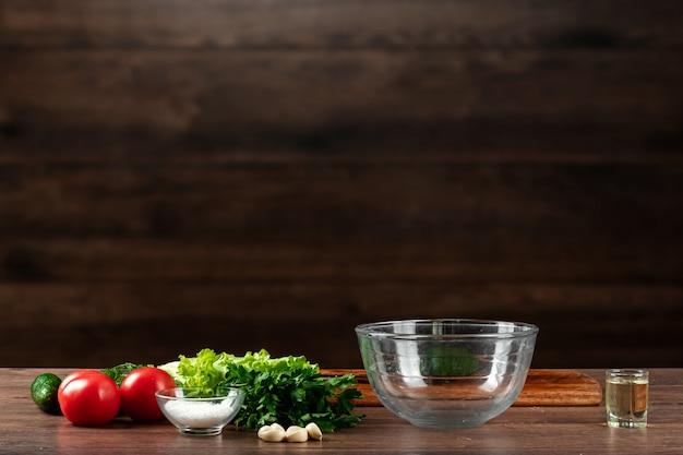 Ingrédients pour faire de la salade, des légumes frais sur bois.