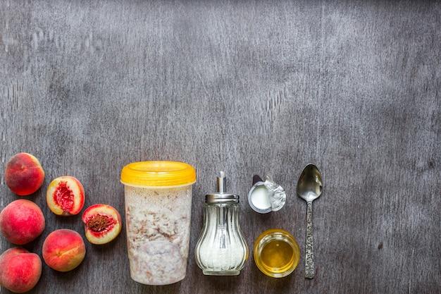 Ingrédients pour la farine d'avoine sur la table en bois foncé concept d'espace de copie de vue de dessus d'aliments sains