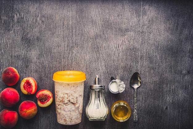 Ingrédients pour la farine d'avoine sur la table en bois sombre concept d'espace de copie de vue de dessus d'aliments sains tonique