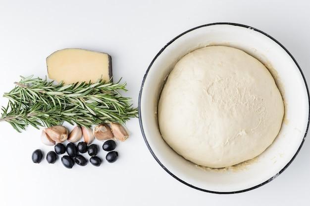 Ingrédients pour focaccia italienne sur fond blanc