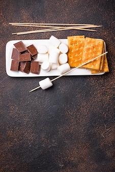 Ingrédients pour griller des guimauves et cuisiner des s'mores