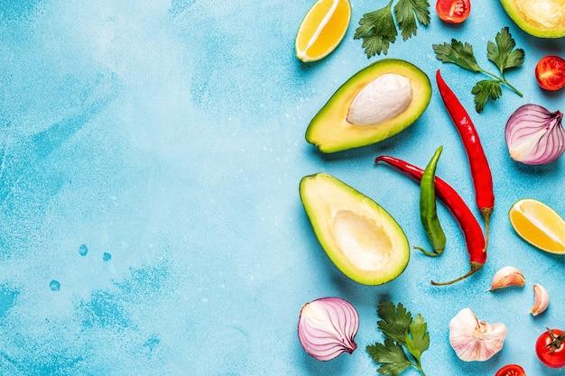 Ingrédients pour le guacamole: avocat, citron vert, tomate, oignon et épices