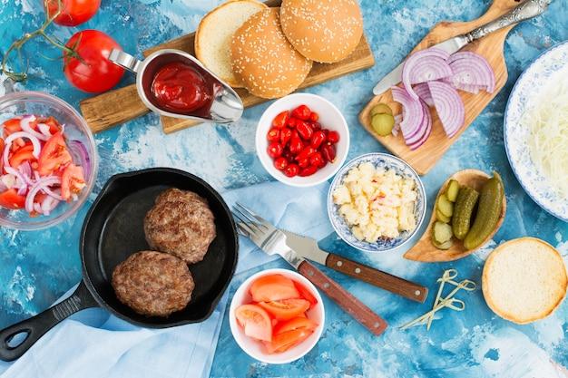 Ingrédients pour hamburgers savoureux faits maison. vue de dessus