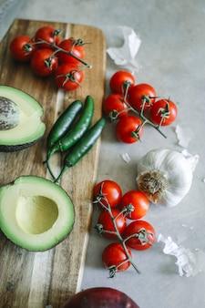 Ingrédients pour une idée de recette de photographie culinaire au guacamole frais