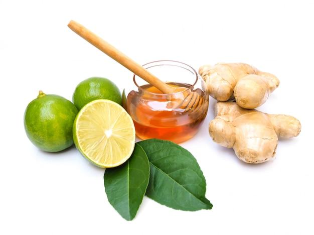 Ingrédients pour jus de fruits ou thé au miel, citron vert et gingembre.