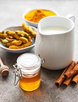 Ingrédients pour latte au curcuma.