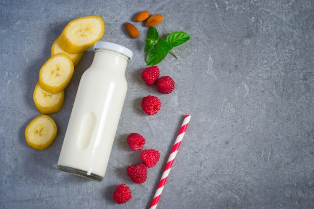 Ingrédients pour milkshake aux framboises mûres juteuses et aux amandes