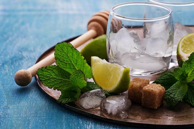 Ingrédients pour le mojito: menthe, glace, citron vert, sucre